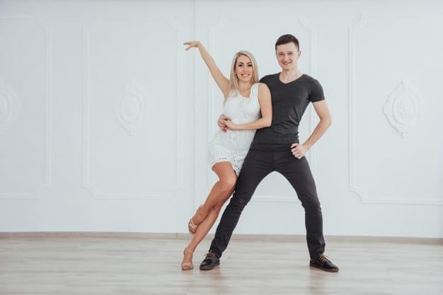 pareja bailando escuela de baile pamplona